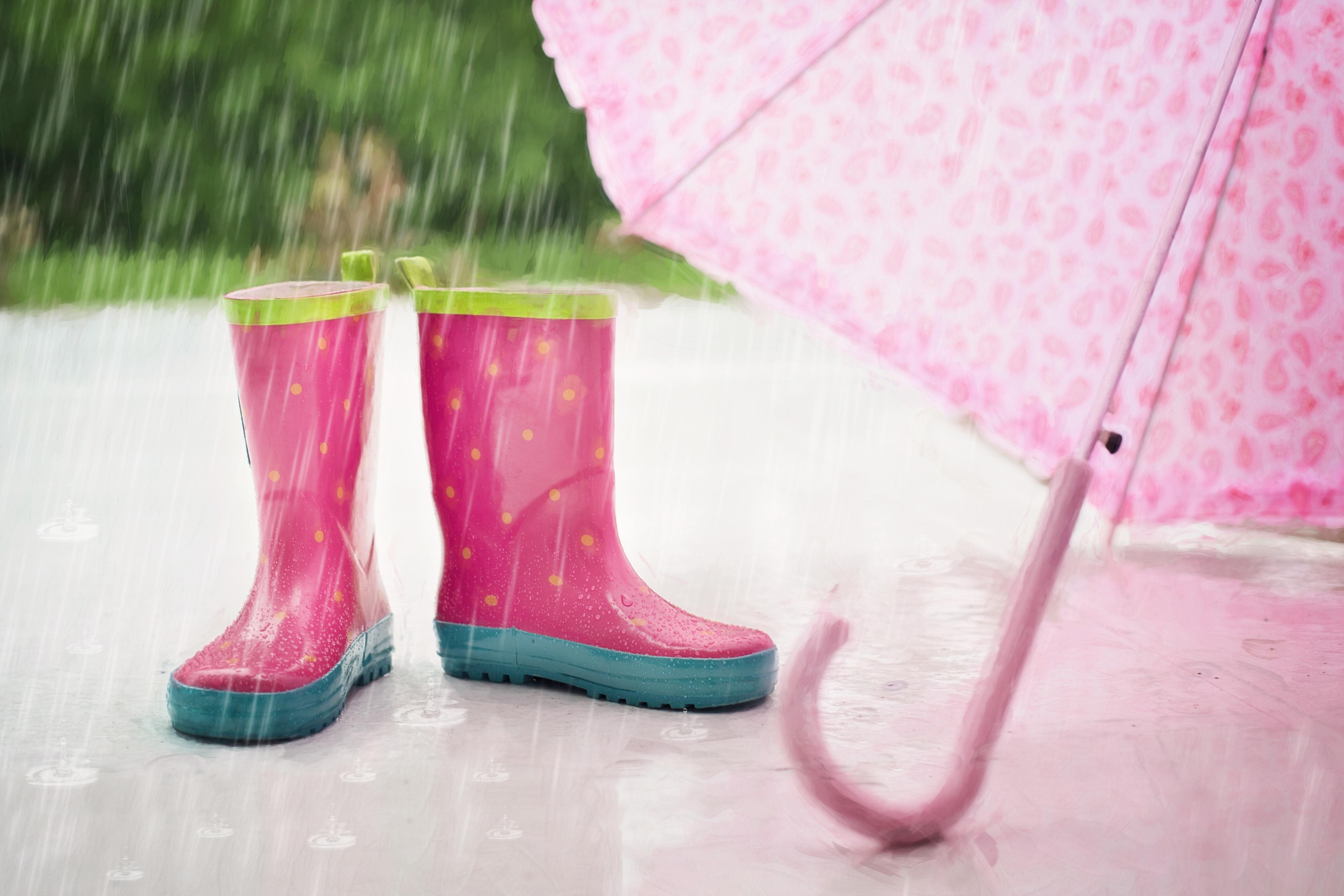 Roze regenlaarsjes en een roze paraplu