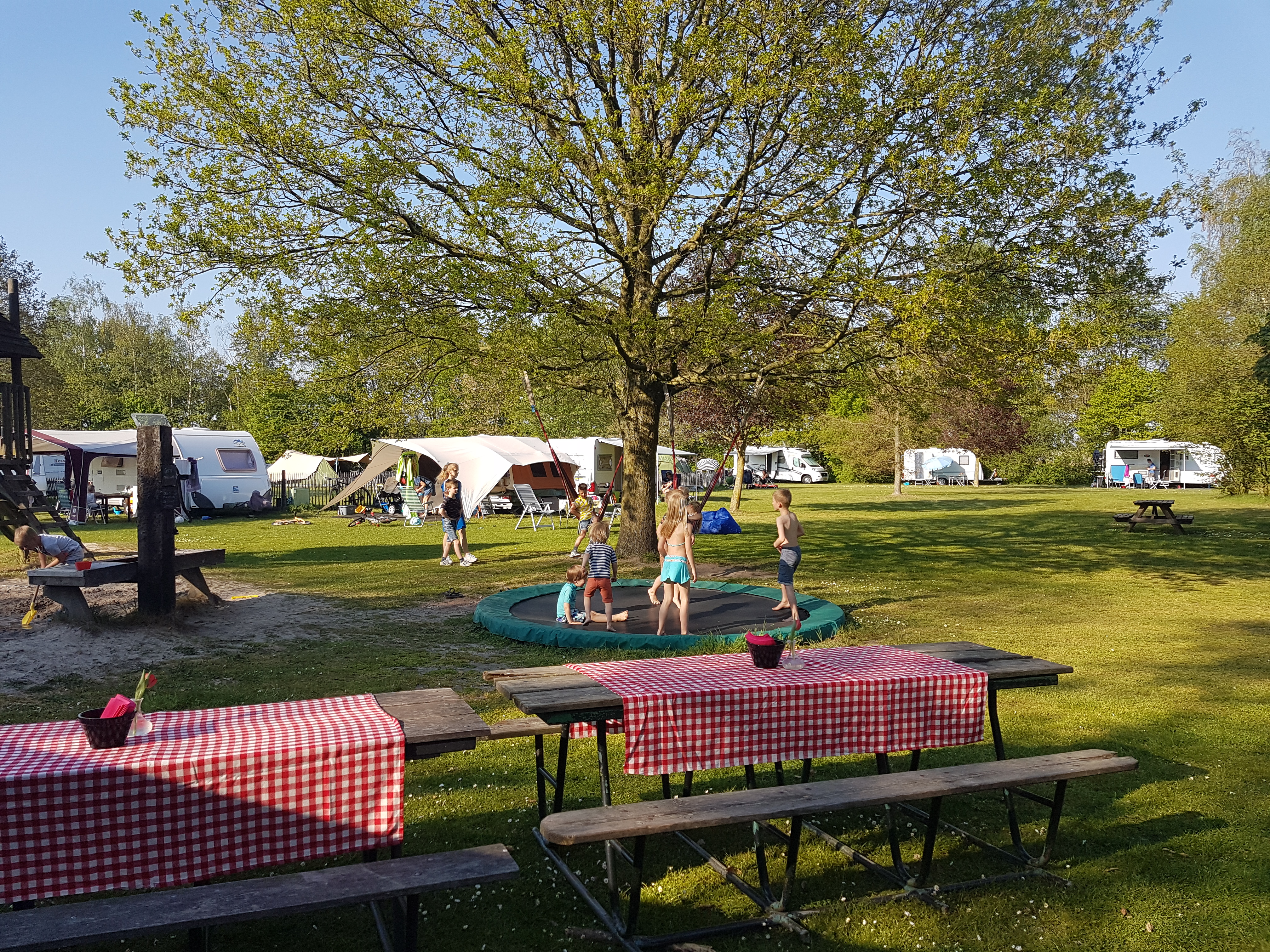 Aanschuiftafels op het kampeerterrein bij de speeltuin
