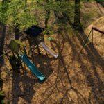 Speeltuin bij een glampingadres in het bos