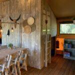 Woonkamer van de safaritent bij Buitengoed Ruysbos