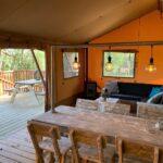 Eethoek van de safaritent bij Buitengoed Ruysbos