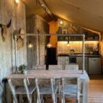 Eethoek en keuken van de safaritent bij Buitengoed Ruysbos