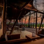 Uitzicht 's avonds vanaf de safaritent bij Buitengoed Ruysbos