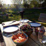 Gedekte tafel bij Glamping aan zee in Koksijde