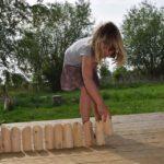 Meisje aan het spelen met houten blokken