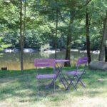 Terras aan het water bij Camping la Berge Ombragée in de Dordogne