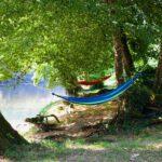 Hangmatten aan de rivier bij Camping la Berge Ombragée in de Dordogne