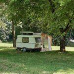 Caravan bij Camping la Berge Ombragée in de Franse Dordogne