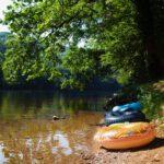 Met een zwemband dobberen op de rivier bij Camping la Berge Ombragée in de Dordogne