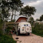 Kamperen met een Volkswagen busje bij Ons Buiten in Zeeland